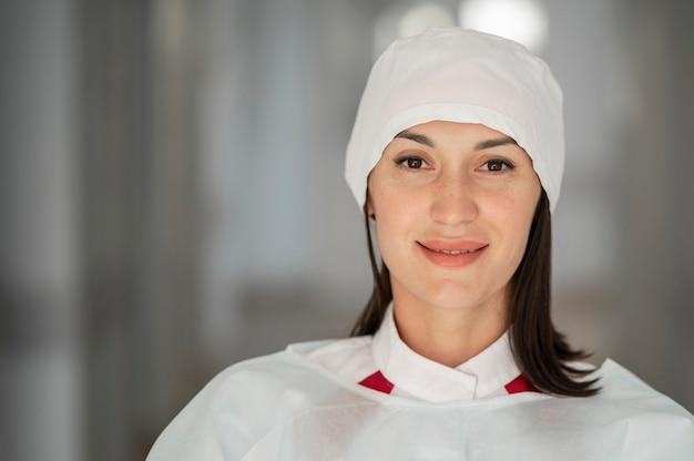 Portrait De Jolie Médecin à L'hôpital Photo gratuit