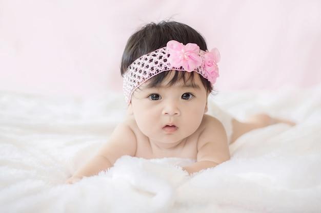 Portrait de jolie petite fille sur une couverture de fourrure Photo Premium