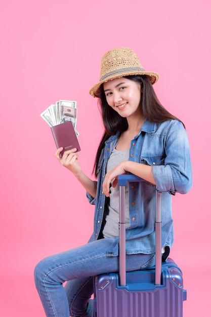 Portrait Jolie Souriante Heureuse Adolescente Sur Rose Photo gratuit