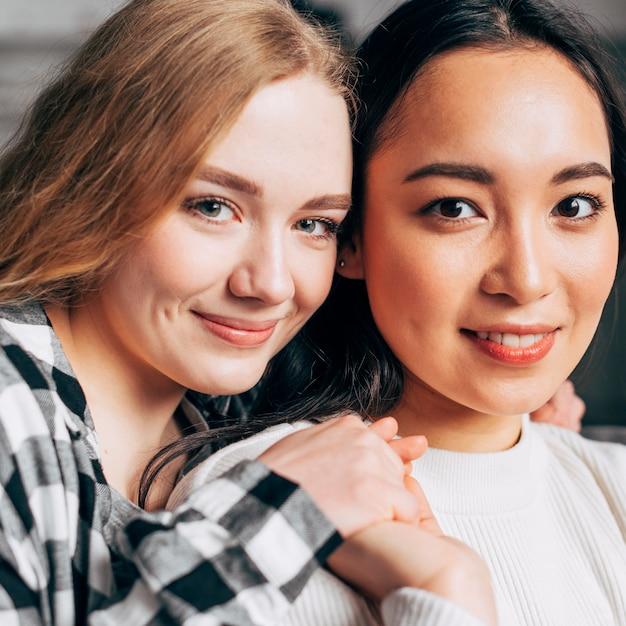 Portrait de joyeuses jeunes femmes attirantes Photo gratuit
