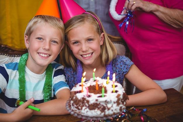 Portrait de joyeux frères et sœurs avec la famille fête son anniversaire Photo Premium
