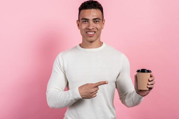 Portrait, de, joyeux, gai, mulatto, tenue, papier verre, de, café Photo Premium