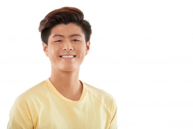 Portrait De Joyeux Jeune Homme Souriant à La Caméra Photo gratuit