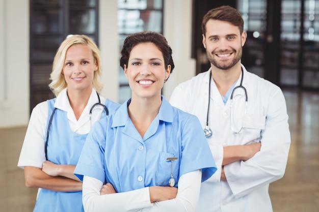 Portrait De Joyeux Médecins Et Infirmière Photo Premium