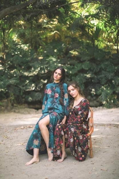 Portrait long de belles femmes Photo gratuit