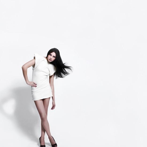 Portrait De Mannequin Avec Maquillage Lumineux De Beauté Sur Blanc Photo gratuit