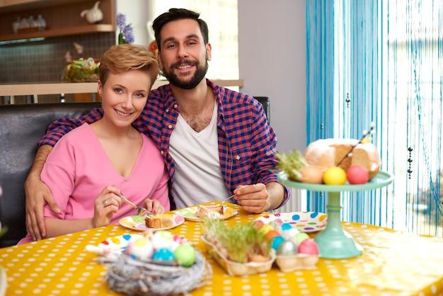 Portrait De Mariage Joyeux Dans La Cuisine Photo gratuit