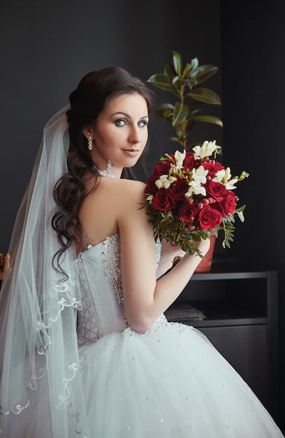 Portrait d'une mariée avec un bouquet de fleurs Photo Premium