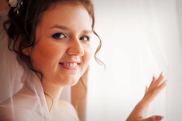 Portrait de la mariée dans un voile. la fille se prépare pour le mariage Photo Premium