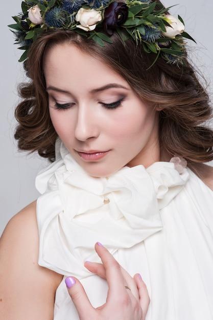 Portrait de la mariée avec de grands yeux magnifiques sur blanc Photo Premium