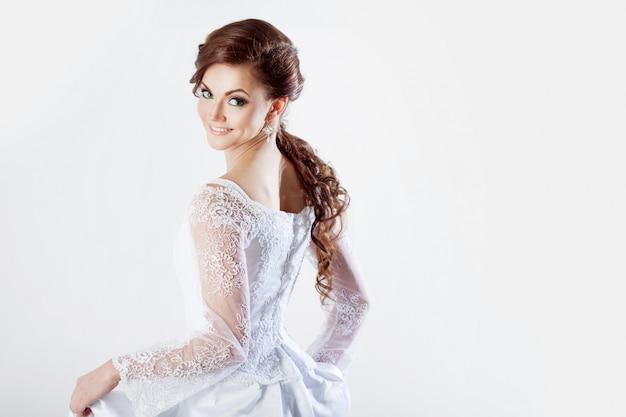 Portrait de mariée heureuse en robe de mariée Photo Premium