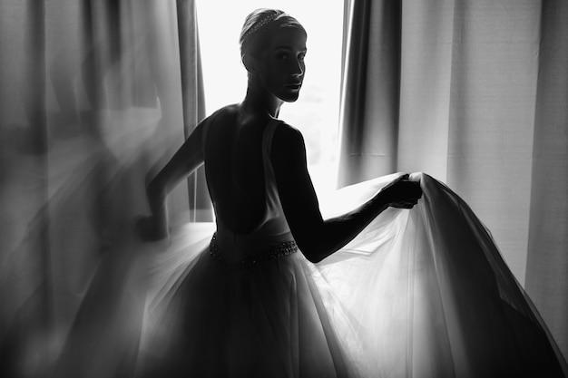 Portrait matinal de la mariée. la mariée habillée comme une balerine se dresse b Photo gratuit