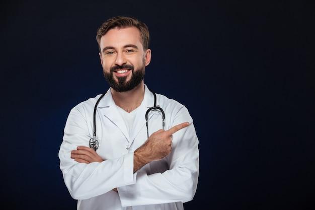 Portrait D'un Médecin De Sexe Masculin Souriant Photo gratuit