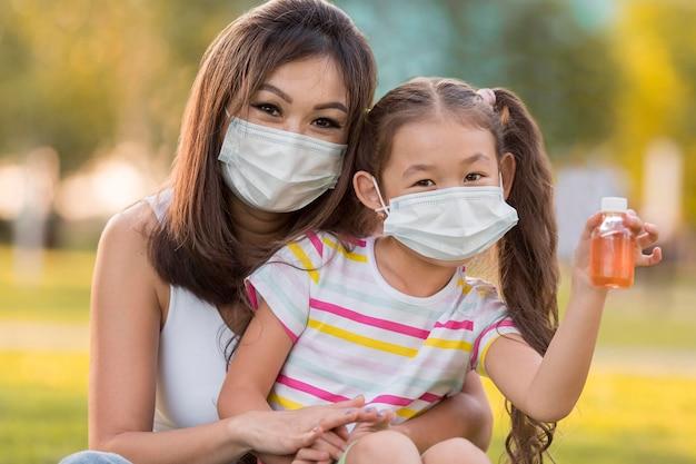 Portrait De Mère Et Fille Asiatique Avec Des Masques Faciaux Photo gratuit