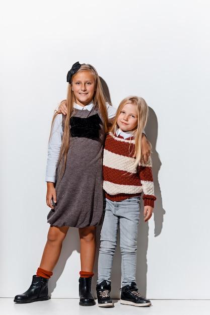 Le Portrait De Mignonnes Petites Filles En Jeans élégants Posant Photo gratuit