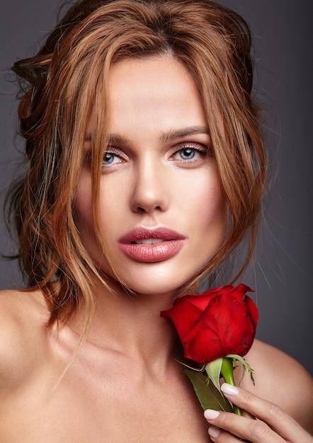 Portrait De Mode Beauté Du Jeune Mannequin Femme Blonde Avec Un Maquillage Naturel Et Une Peau Parfaite Avec Une Belle Rose Posant Photo gratuit