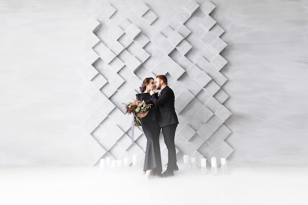 Portrait de mode mariage couple, mariée et le marié, sur des carrés volumétriques gris Photo gratuit