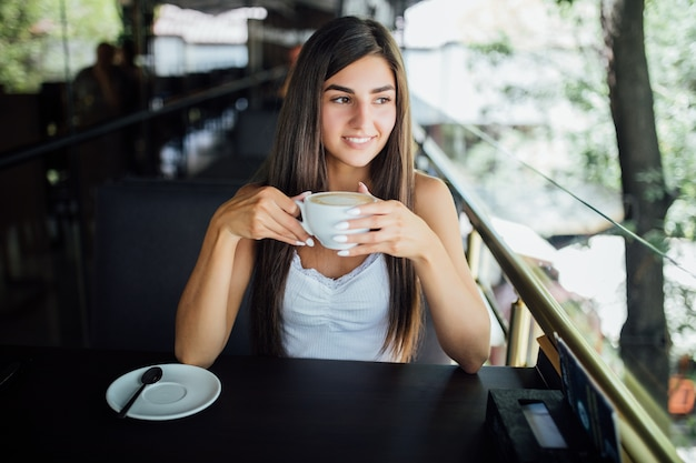 Portrait De Mode En Plein Air De La Belle Jeune Fille Buvant Du Thé Café Photo gratuit