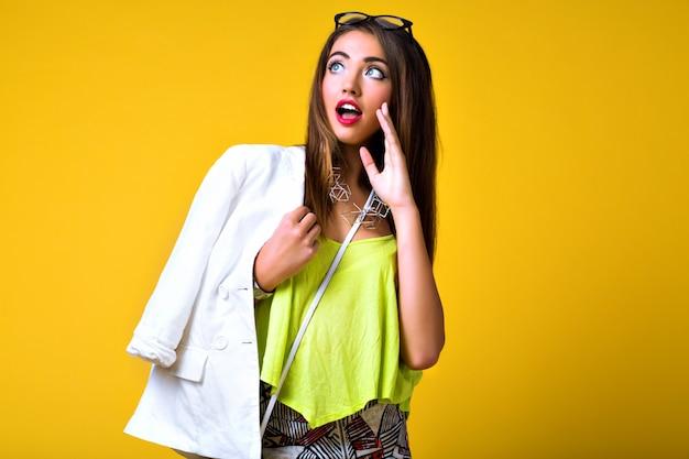 Portrait De Mode Positif Lumineux De Jolie Jeune Femme, Tenue De Néon Tendance élégante, Smart Casual, émotions Mignonnes, Couleur Pop Photo gratuit