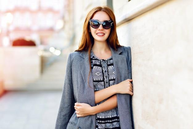 Portrait De Mode De Vie De Femme, Vêtue D'une élégante Robe Veste Glamour Et Lunettes De Soleil Vintage, Couleurs Chaudes Toniques, Humeur Positive. Photo gratuit