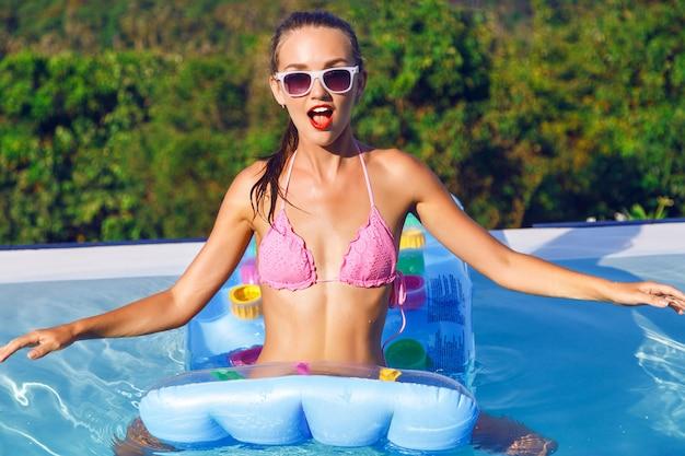 Portrait De Mode De Vie En Plein Air D'une Superbe Jeune Femme S'amusant à La Piscine à Débordement Avec Vue Imprenable Photo gratuit