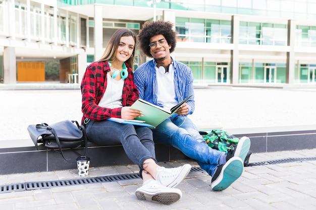 Portrait, de, multi, multi, ethnique, couple, séance, devant, bâtiment université, étudier ensemble Photo gratuit