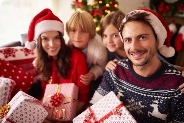 Portrait De Noël De Famille Aimante Photo gratuit