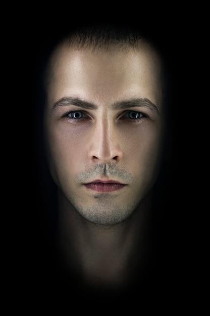 Portrait Noir Contrastant De Sexe Masculin. Lumière Photo Premium