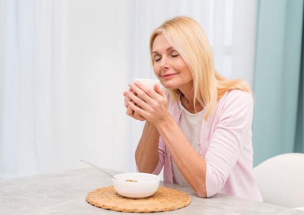 Portrait Of Happy Senior Woman Servant Le Petit Déjeuner Photo gratuit