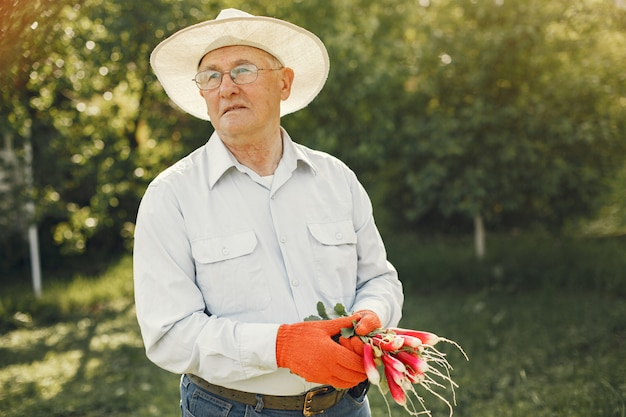 Portrait Of Senior Man In A Hat Jardinage Photo gratuit