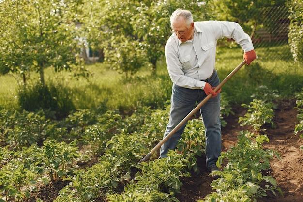 Portrait Of Senior Man In A Hat Jardinage Photo gratuit