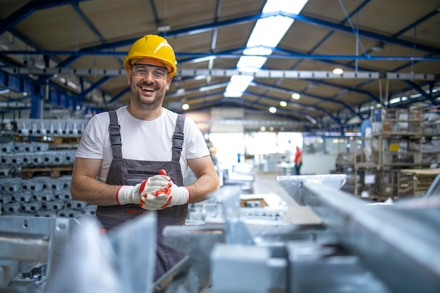 Portrait D'ouvrier D'usine Dans L'équipement De Protection Dans Le Hall De Production Photo gratuit