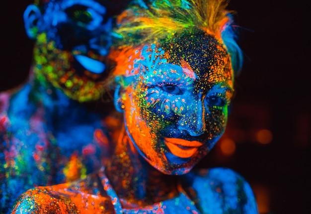 Portrait D'une Paire D'amoureux Peint En Poudre Fluorescente Photo Premium