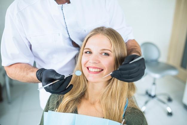 Portrait d'une patiente souriante lors d'un examen oral Photo gratuit