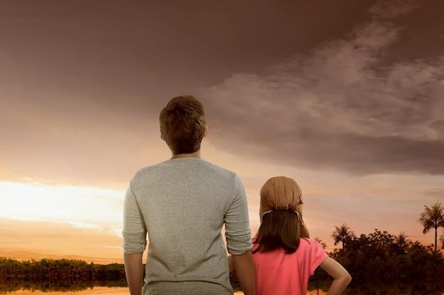 Portrait, de, père fille, apprécier, vue coucher de soleil Photo Premium