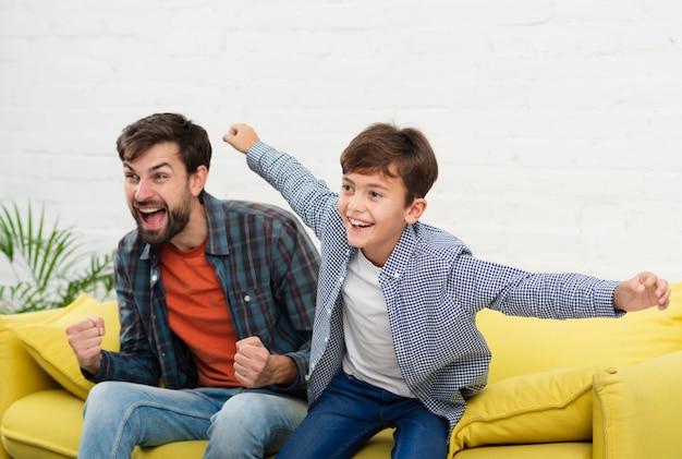 Portrait de père et fils heureux Photo gratuit