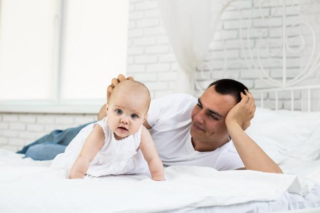 Portrait d'un père avec sa petite fille Photo Premium