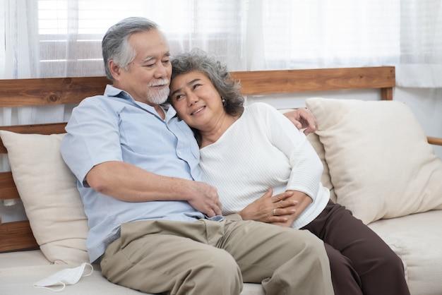Portrait De Personnes âgées Senior Couple Asiatique Heureux Ensemble à La Maison. Photo Premium