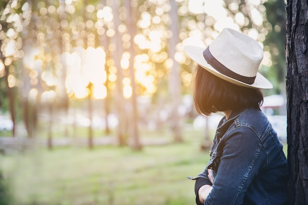 Portrait de personnes dans la nature de la forêt verte avec la lumière du soleil Photo gratuit