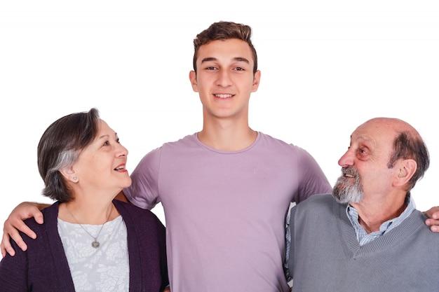 Portrait de petit-fils souriant avec ses grands-parents Photo Premium