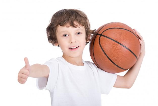 Portrait d'un petit garçon avec un ballon de basket. Photo Premium
