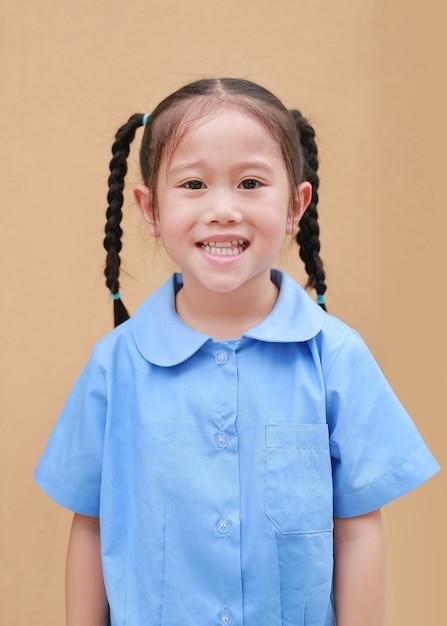 Portrait de petite fille asiatique en uniforme d'école. Photo Premium