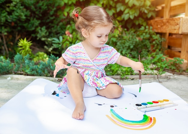 Portrait De Petite Fille Blonde Peinture, L'été En Plein Air. Photo Premium