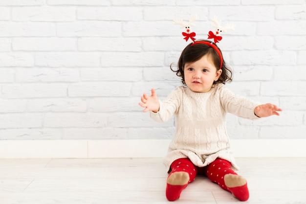 Portrait de petite fille curieuse à la recherche de suite Photo gratuit