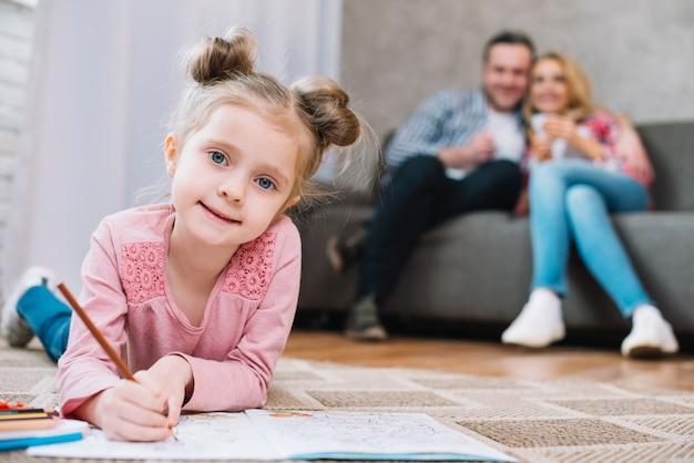 Portrait, Petite Fille, Dessin, Livre, Parents, Fond, Flou Photo gratuit