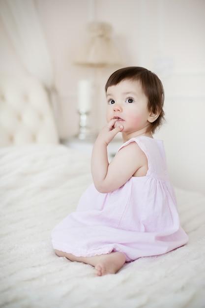 Portrait d'une petite fille douce à la maison Photo Premium