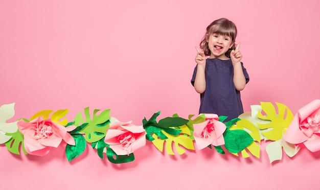 Portrait D'une Petite Fille Sur Fond Rose D'été Photo gratuit