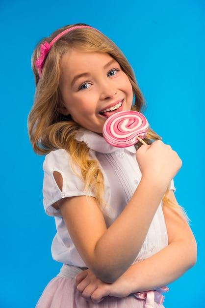 Portrait de petite fille avec un gros bonbon Photo Premium