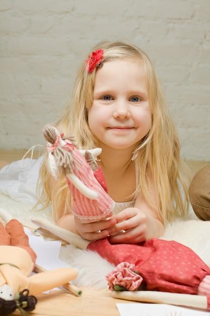 Portrait De Petite Fille Avec Des Jouets Faits à La Main à La Maison Photo Premium