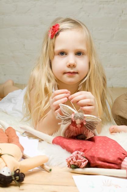 Portrait Petite Fille Avec Des Jouets Faits à La Main Photo Premium